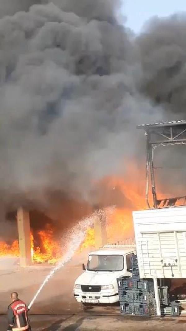 Kaynak makinası kıvılcımı, 3 iş yeri ile 2 kamyonu yaktı