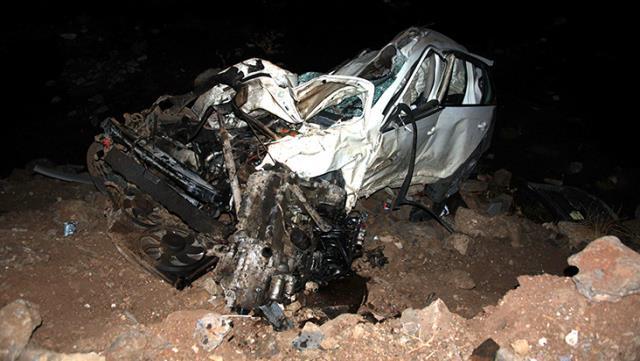 Köpeğe çarpmamak için manevra yapan araç köprüden dereye uçtu: 2 ölü, 1 yaralı